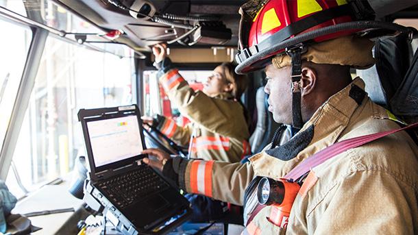一名女消防员在消防车驾驶位上的素材照片。